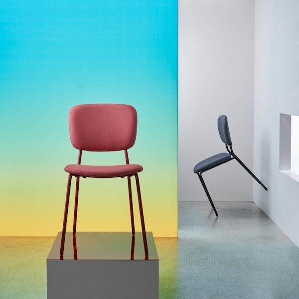Punainen KARLJAN tuoli verhoillulla istuimella ja selkänojalla. Metallikehys on saanut inspiraationsa retrotyylistä.