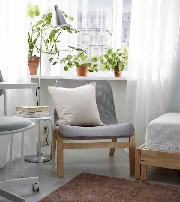 قم بإعداد مساحة مريحة للاسترخاء مع كرسي استرخاء، ومصباح قراءة وبعض النباتات.