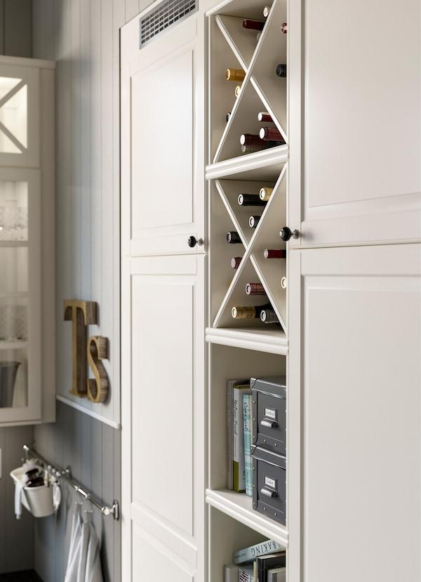 قم بتكييف رفوف التخزين المفتوحة لتناسب احتياجاتك. تأتي هذه الرفوف مع مُصلّب قابل للإزالة، ليمكنك استخدام الوحدة كرف للقناني، أو كمكان لوضع كتب الطهي المفضّلة.