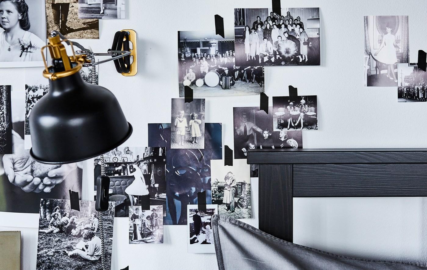Qualche idea nuova per la camera da letto? Decora la parete dietro la testiera con un collage di foto. Per una luce dedicata, da IKEA trovi il faretto da parete/con morsetto RANARP nero. Puoi orientare facilmente la luce dove serve grazie alla testa regolabile della lampada. - IKEA