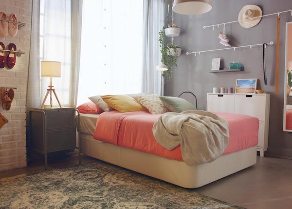 Quarto com a cama com arrumação em branco KVITSÖY com preço ainda mais baixo