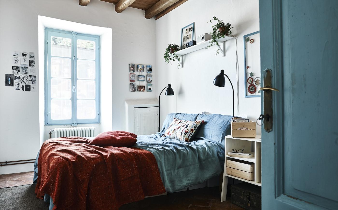 Quarto decorado a azul e branco.