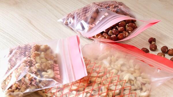 Quelques sacs en bioplastique blanc transparent avec des marques rouges.