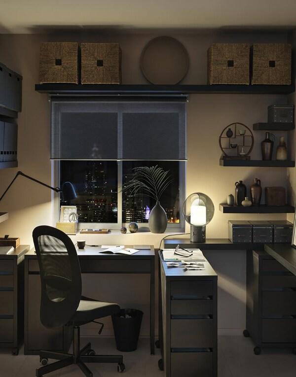 Рабочий кабинет с черно-коричневым письменным столом