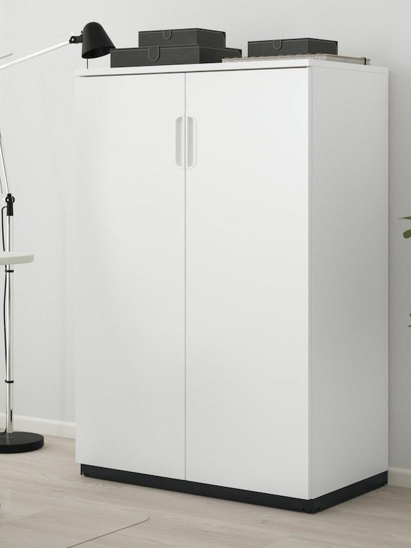 Rangement blanc pour un bureau