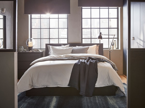 Rangka katil tinggi IKEA MALM berwarna hitam coklat diperbuat daripada venir anggun dan mempunyai reka bentuk moden dengan garis dan bucu yang kemas. Lembutkan penampilan dengan cadar dan sarung kuilt BLÅVINDA dan KUNGSBLOMMA.