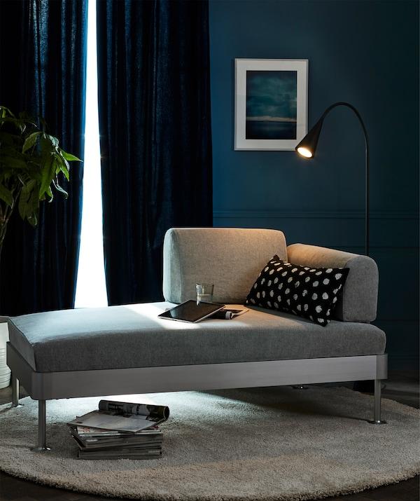 Rashladi dom tokom vrelih dana. Isprobaj par debelih plavih zavesa, kao što su IKEA MERETE.
