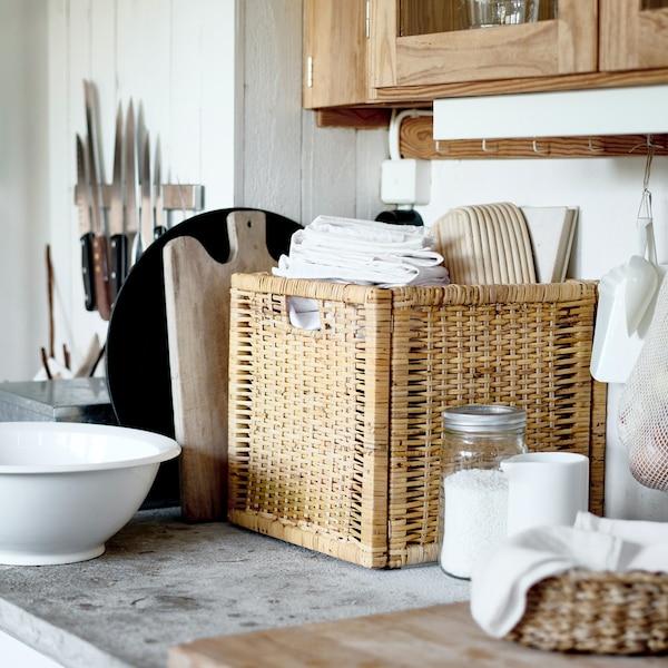 rattanowy kosz BRANÄS stojący na blacie kuchennym.