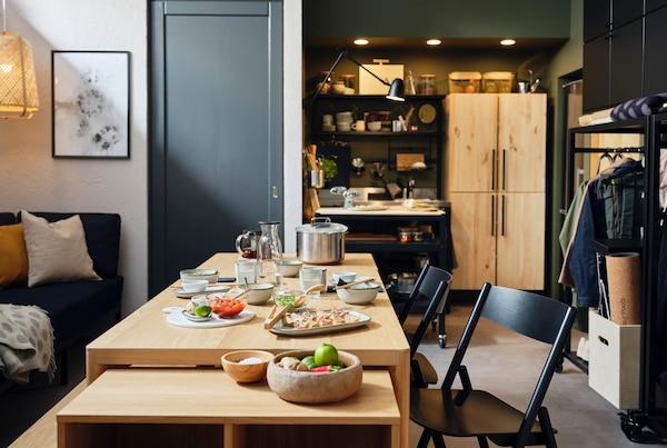 RÅVAROR moduláris asztallal berendezett konyha.