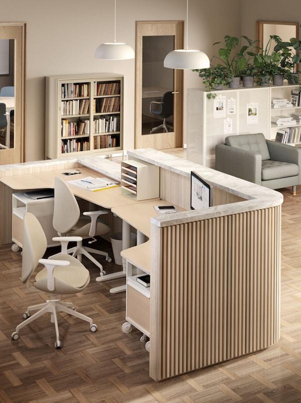 Recepcja składająca się z dwóch biurek BEKANT z krzesłami obrotowymi HATTEFJÄLL i dwóch szafek BEKANT na kółkach.