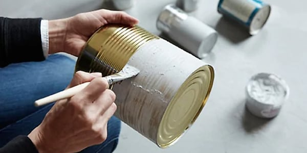 reciclar y reutilizar cajas, papel de regalo, latas o botellas