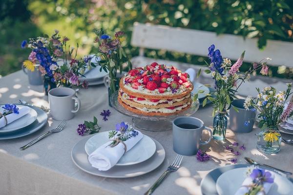 Recipe: Midsommar almond cake