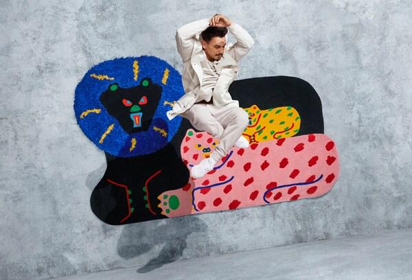 Ręcznie tkany, kolorowy dywan w kształcie lwiej rodziny, zaprojektowany przez Misaki Kawai do kolekcji IKEA ART EVENT 2019.