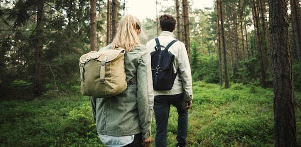 Reiseserie Schweden: Mann und Frau wandern im Wald in Branäs