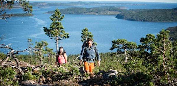 Reiseserie Schweden: Mann und Frau wandern in Schweden zwischen Berg und Tal