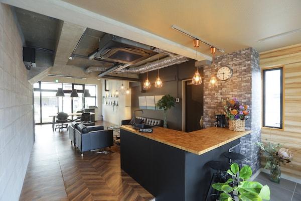 レンガ模様の壁に、スタイリッシュなカウンターバーのような空間を