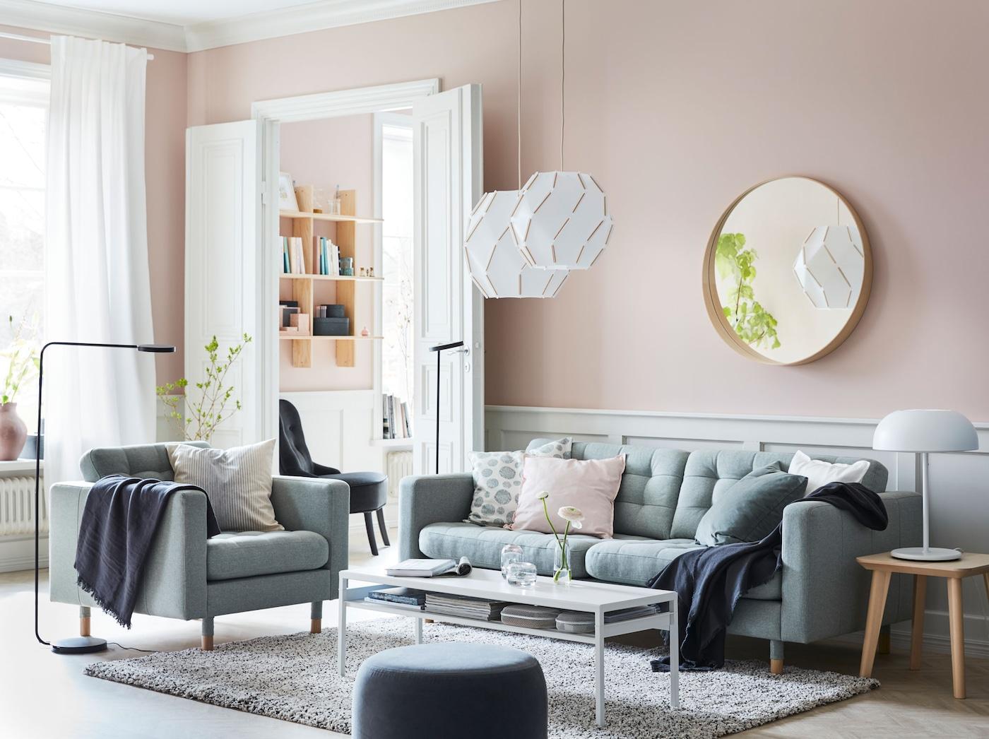 Rento ja rauhallinen olohuone sisustetaan vaaleilla sävyillä. LANDSKRONA vaaleanvihreä sohva ja lepotuoli, SJÖPENNA kattovalaisimet ja tyylikkäät YPPERLIG lattiavalaisimet.