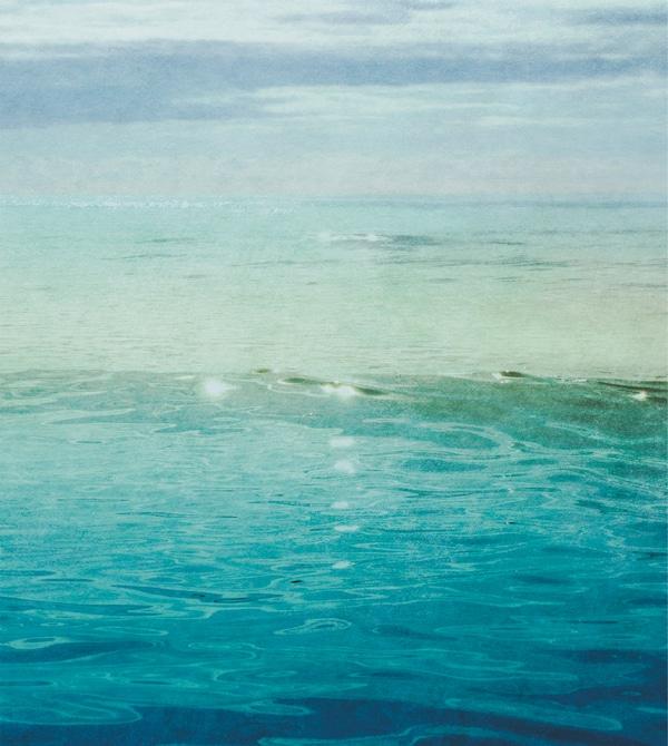 Reproduction d'une mer bleue scintillant sous le soleil.