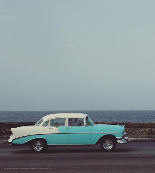 Reproduction d'une voiture ancienne sur une route.