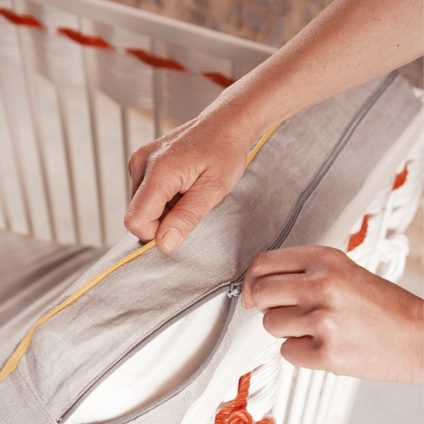 Retirez le côté latéral amovible du lit.
