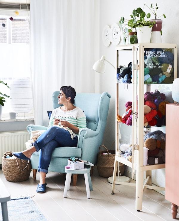 Retrato de Ilaria, propietaria de la casa, sentada en el salón.
