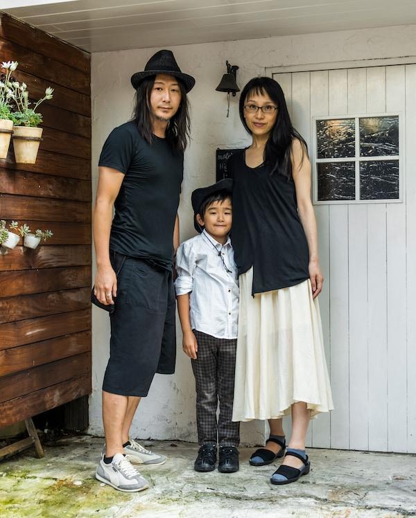 Retrato familiar de Kaoli, Shige y Tokiwa fuera de su casita.