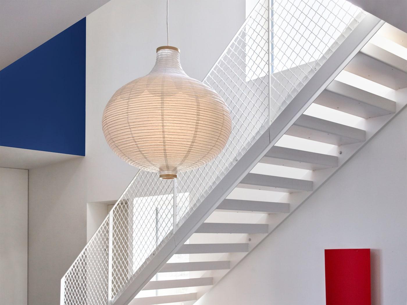 Riisipaperista tehty ja sipulinmuotoinen RISBYN kattovalaisimen varjostin, jossa on läpikuultava koristekuvio.