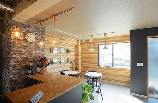 入り口近くのエリアはカフェ風のスペース。カジュアルにミーティングなどができる