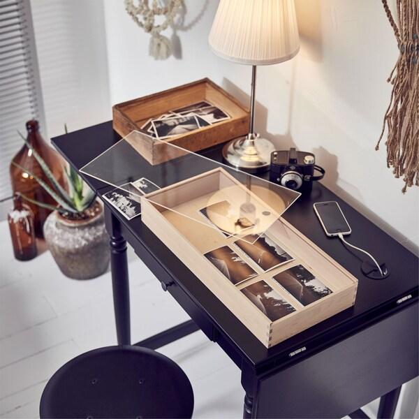 Rincón creativo en un dormitorio con un escritorio IKEA INGATORP, una lámpara y un proyecto inacabado.