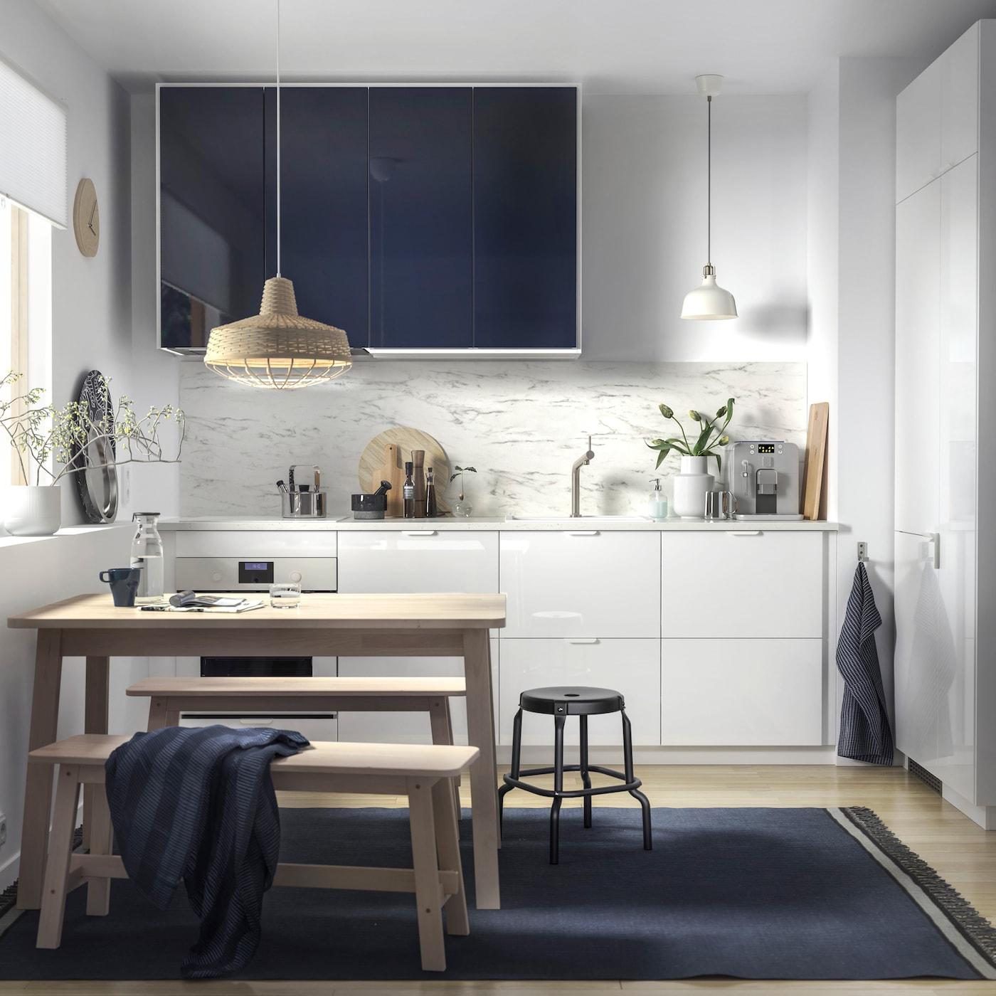 RINGHULT أدراج من ايكيا وواجهات خزانة المطبخ JÄRSTA باللون الأسود اللامع في مطبخ أبيض بسيط.