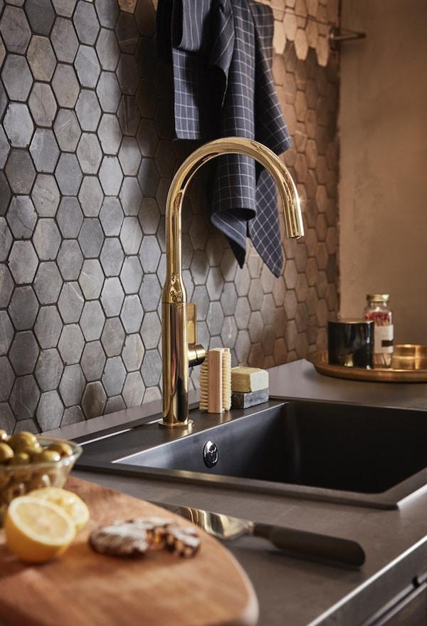 Robinet mitigeur NYVATTNET couleur laison sur un évier à encastrer HÄLLVIKEN noir