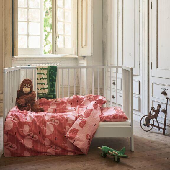 RÖRANDE sengesett med flamingo-trykk i sprinkelseng.
