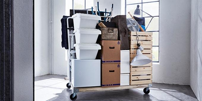 Rollwagen mit IKEA Produkten bereit für den Umzug in die neue Wohnung