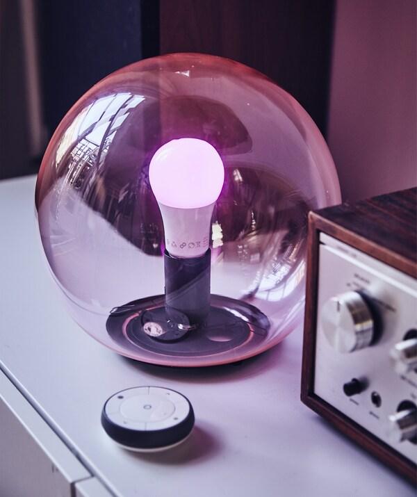 Ronde, doorzichtige roze tafellamp met afstandsbediening