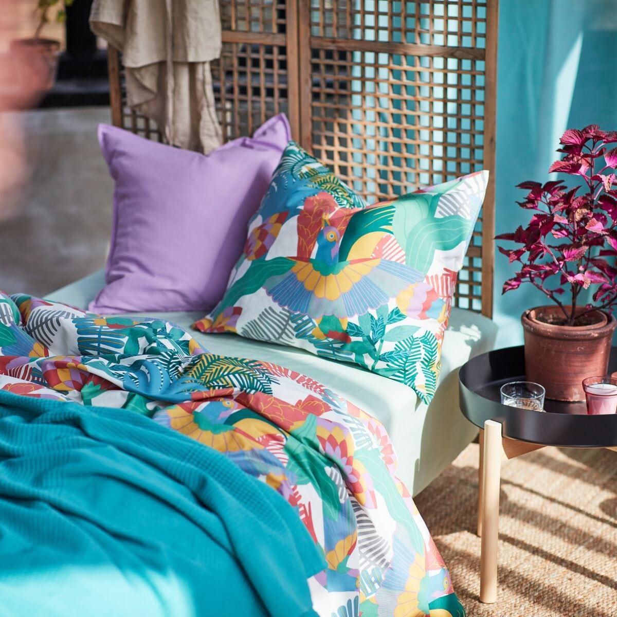 Roupa de cama em tons e padrões tropicais