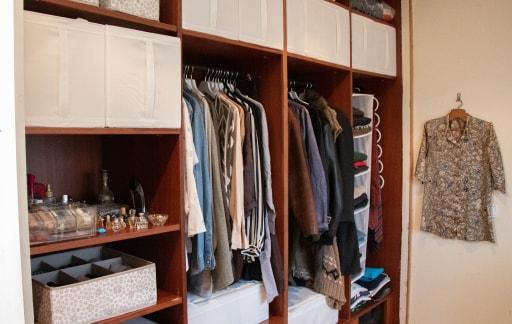 Roupeiro embutido com complementos SKUBB para organizar roupa.