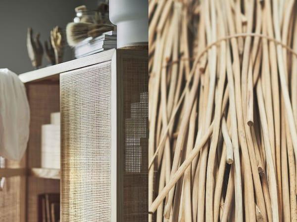 Rozdělená fotografie znázorňující sbírku přírodních ratanových vláken a dokončených dveří skříně ratanového nábytku IKEA STOCKHOLM 2017.