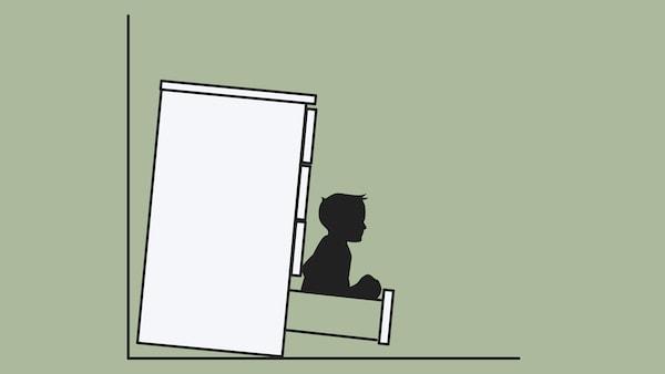 رسم تخطيطي لخزانة ذات أدراج، غير مثبتة على الحائط، تنقلب على طفل صغير يجلس في درج.