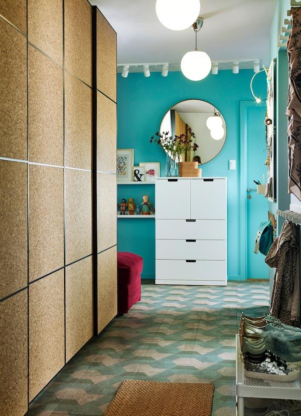 Ruang depan kecil ini ada almari pakaian IKEA PAX dengan pintu gelangsar gabus KIRKENES untuk storan pakaian. Ia membolehkan keluarga menunjukkan penciptaan kanak-kanak mereka.