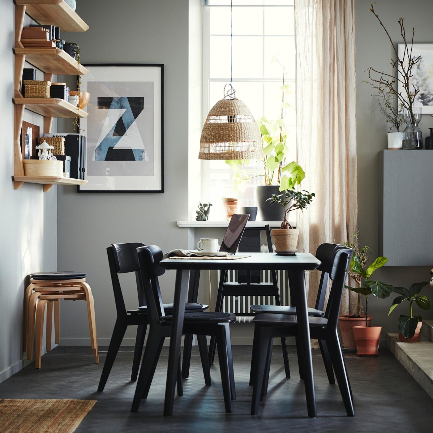 Ruang makan yang mempunyai meja, empat kerusi dan kerusi tinggi berwarna hitam, para terbuka yang dibuat daripada venir kayu ash, empat bangku dan langsir berwarna kuning air.
