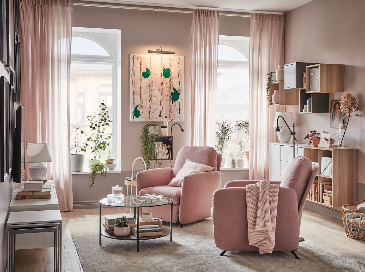 Ruang tamu yang mempunyai dua kerusi boleh rebah EKOLSUND dengan sarung GUNNARED berwarna coklat merah jambu lembut, di hadapan tingkap dengan cahaya menembusi ke dalam rumah.