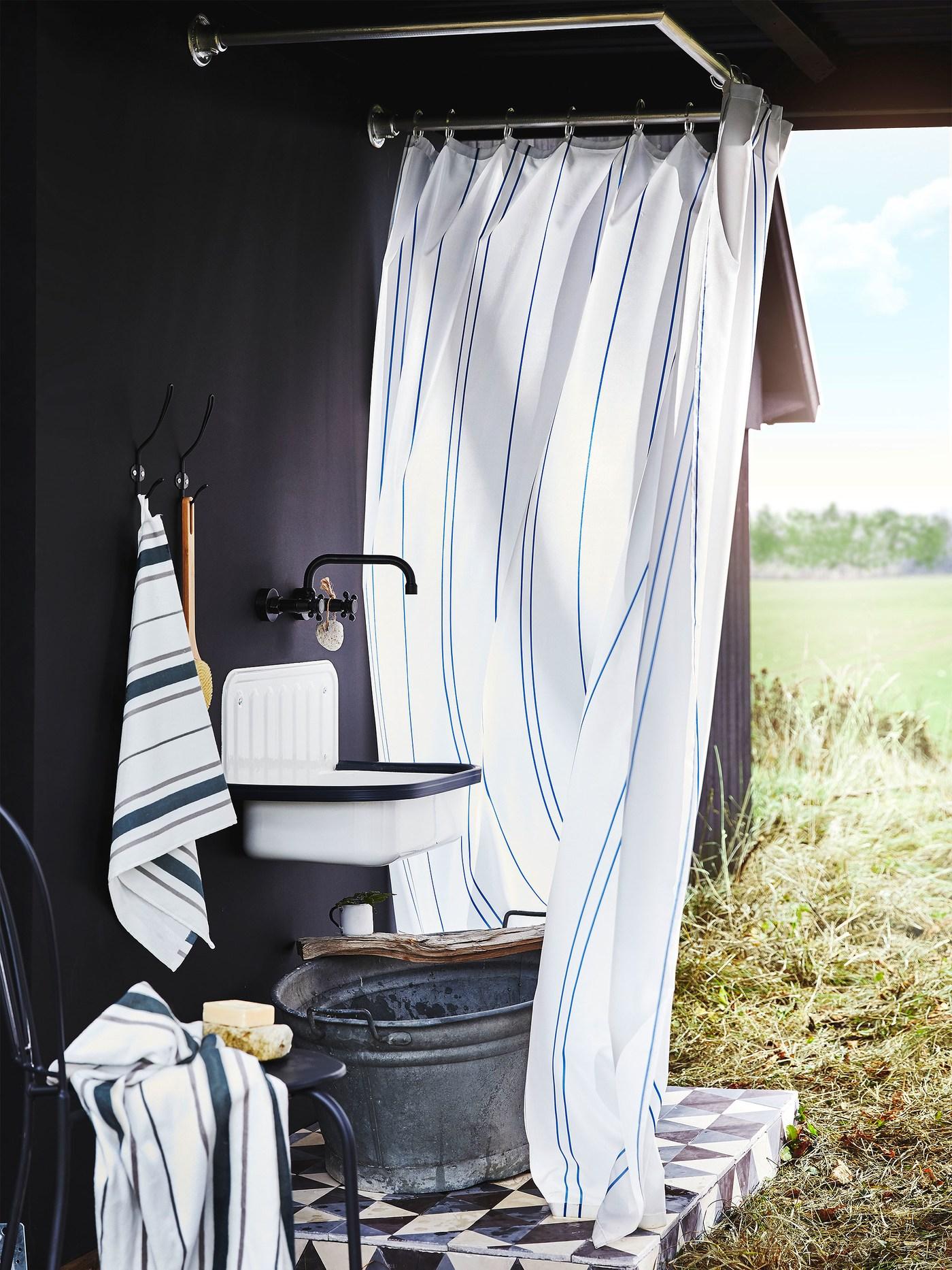 Ručníky OTTSJÖN a sprchový závěs s klasickým proužkovaným vzorem