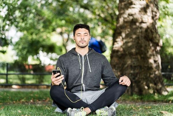 Ruhe, Ungestörtsein und eine gemütliche Sitzmöglichkeit verhelfen einem dabei zu Meditieren.