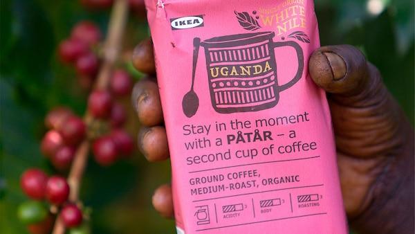 Ruka držící kafe v růžovém obale pro speciální edici PÅTÅR.