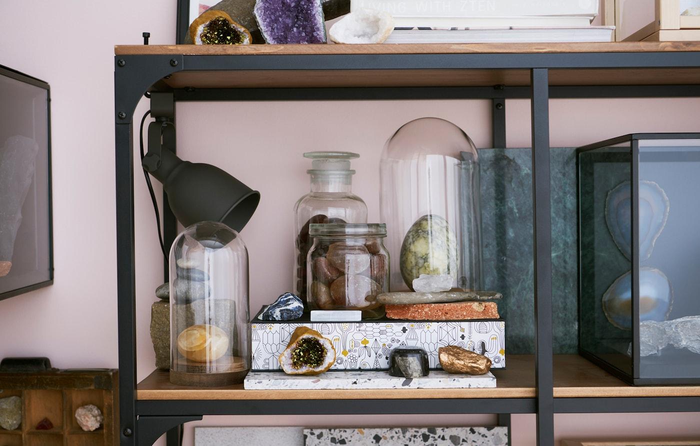 Rustykalny reflektor ścienny z klipsem HEKTAR skieruje uwagę na twoją ulubioną ekspozycję, jak np. na tę wyjątkową kolekcję kamieni.