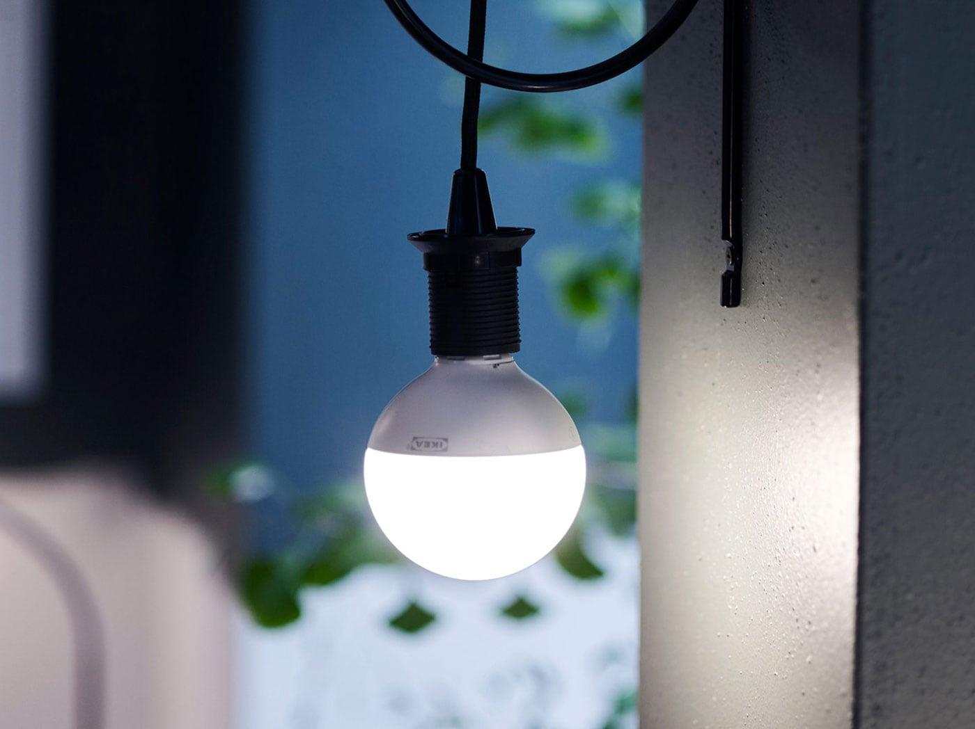 Různé druhy LED lamp ve tmě.