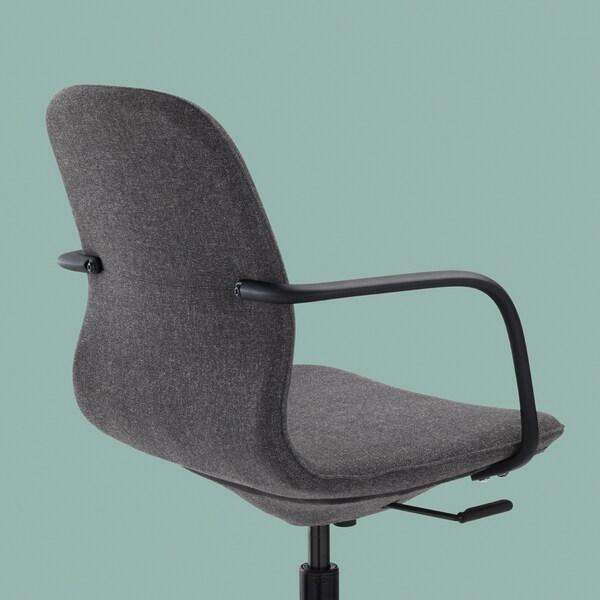 Rygg, sida och sits på en LÅNGFJÄLL kontorsstol med armstöd i mörkgrått mot en bakgrund i ljust blågrönt.