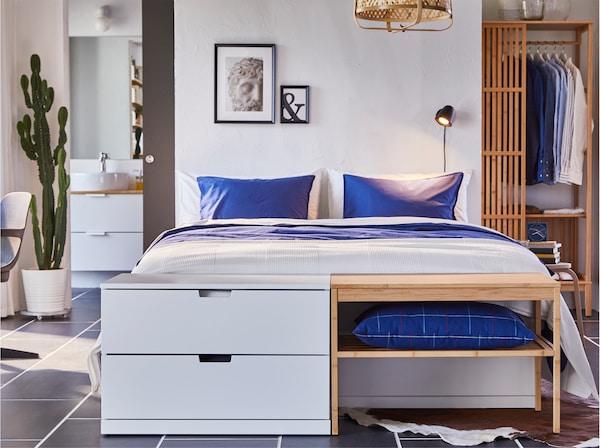 Säng med NORDLI byrå och NORDKISA bänk vid sängens fotände. De har samma höjd och ger en strömlinjeformad look.