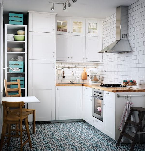 SÄVEDAL kjøkken i et rom med hvite fliser og mørkt tregulv