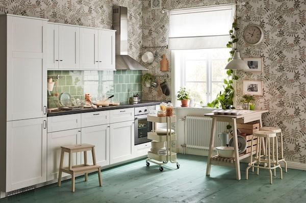 SÄVEDAL kjøkken i et rom med mønstret tapet